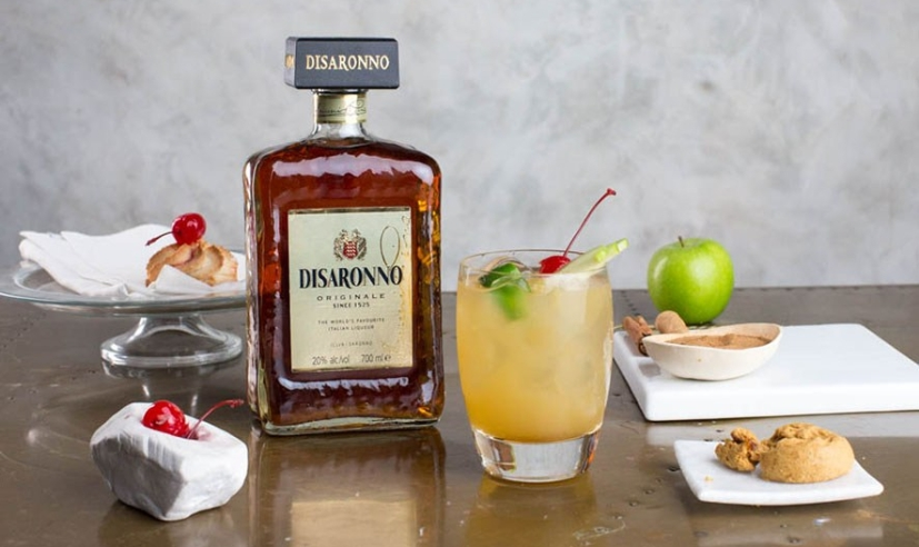 Front-Disaronno-Apple-Pie-and-bottle-1_886x668